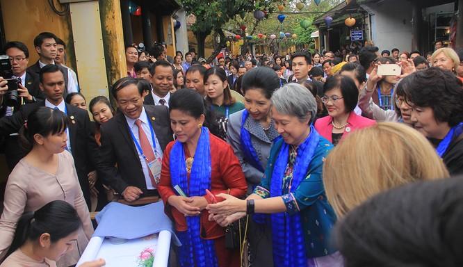 Đoàn phu nhân lãnh đạo APEC dạo phố cổ Hội An ảnh 8