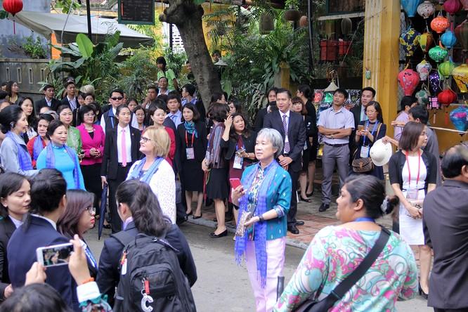 Đoàn phu nhân lãnh đạo APEC dạo phố cổ Hội An ảnh 3