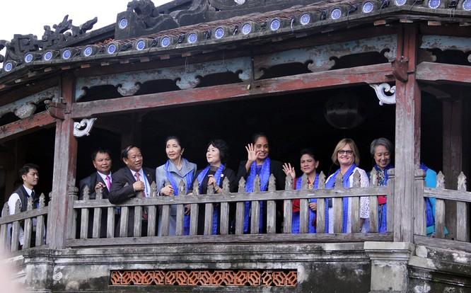 Đoàn phu nhân lãnh đạo APEC dạo phố cổ Hội An ảnh 18