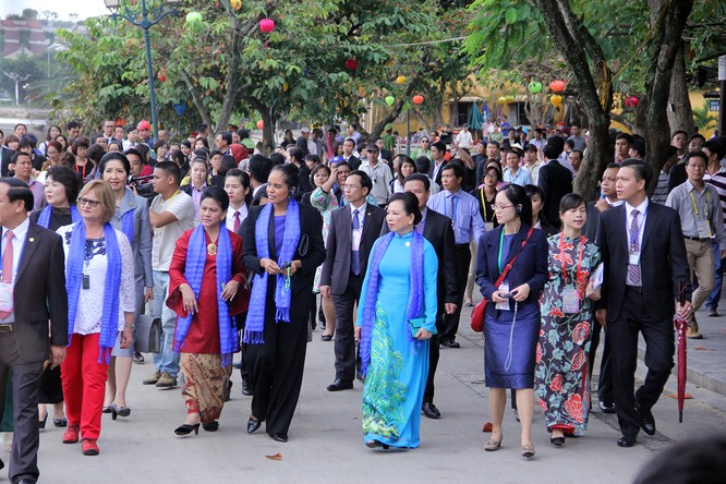 Đoàn phu nhân lãnh đạo APEC dạo phố cổ Hội An ảnh 12
