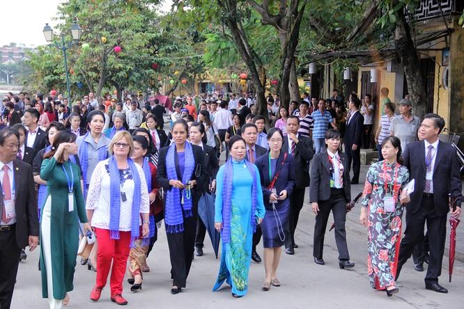 Đoàn phu nhân lãnh đạo APEC dạo phố cổ Hội An ảnh 13