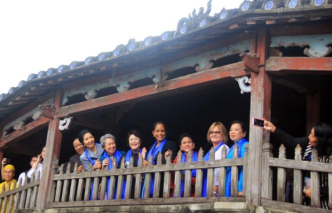Đoàn phu nhân lãnh đạo APEC dạo phố cổ Hội An ảnh 20