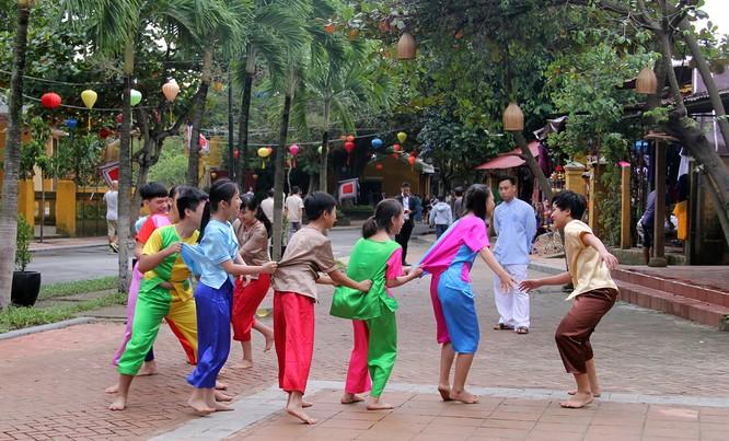 Đoàn phu nhân lãnh đạo APEC dạo phố cổ Hội An ảnh 5