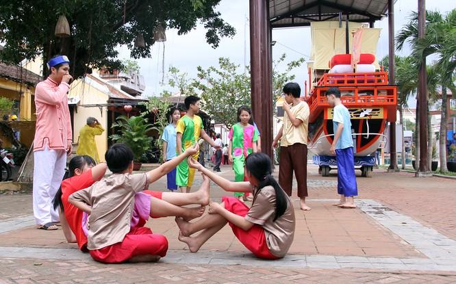Đoàn phu nhân lãnh đạo APEC dạo phố cổ Hội An ảnh 9