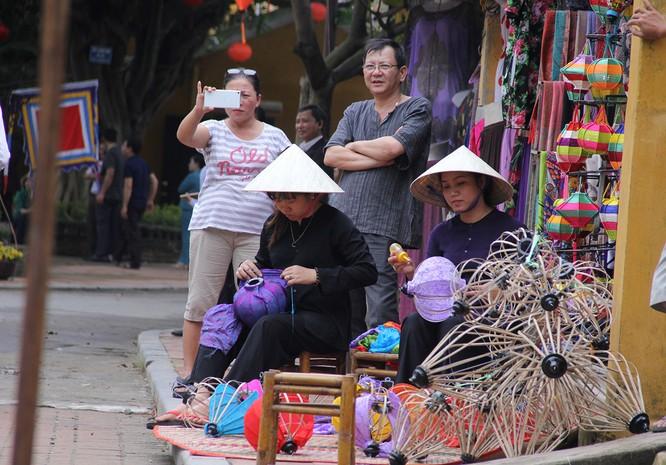 Đoàn phu nhân lãnh đạo APEC dạo phố cổ Hội An ảnh 11