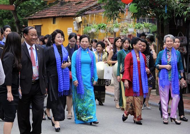 Đoàn phu nhân lãnh đạo APEC dạo phố cổ Hội An ảnh 2