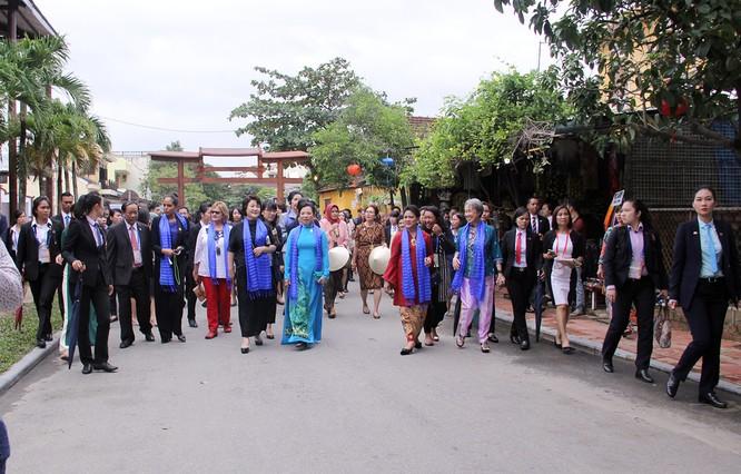Đoàn phu nhân lãnh đạo APEC dạo phố cổ Hội An ảnh 1