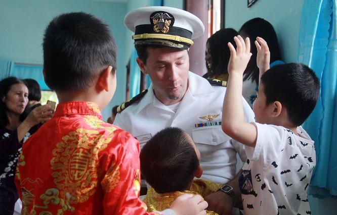 Thủy thủ tàu sân bay Mỹ múa hát cùng trẻ em Làng trẻ SOS ảnh 10
