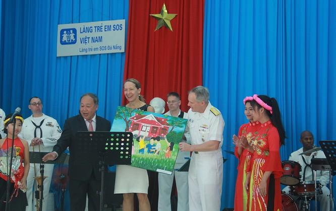 Thủy thủ tàu sân bay Mỹ múa hát cùng trẻ em Làng trẻ SOS ảnh 11