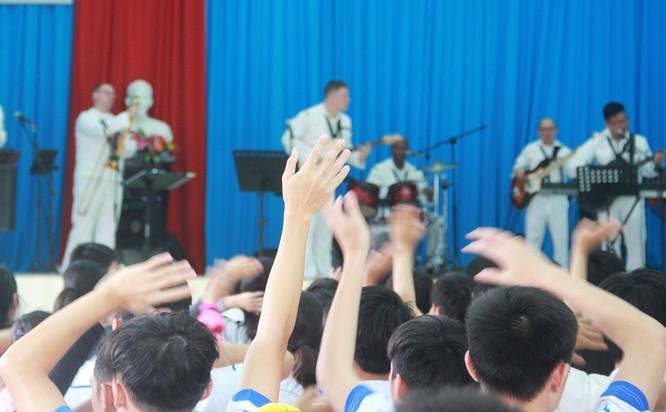 Thủy thủ tàu sân bay Mỹ múa hát cùng trẻ em Làng trẻ SOS ảnh 1