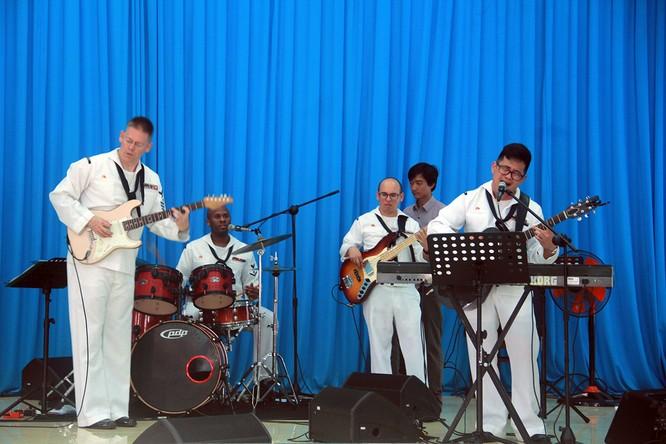 Thủy thủ tàu sân bay Mỹ múa hát cùng trẻ em Làng trẻ SOS ảnh 2
