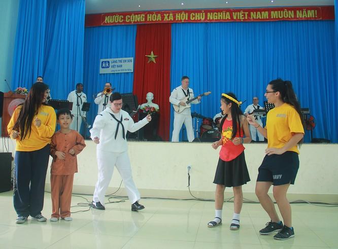Thủy thủ tàu sân bay Mỹ múa hát cùng trẻ em Làng trẻ SOS ảnh 3