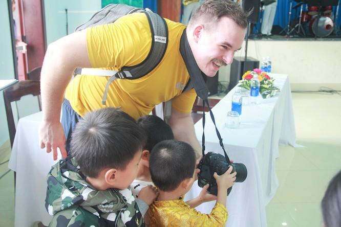 Thủy thủ tàu sân bay Mỹ múa hát cùng trẻ em Làng trẻ SOS ảnh 5