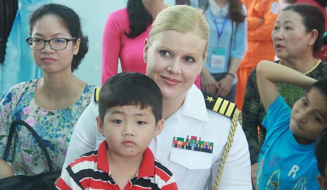 Thủy thủ tàu sân bay Mỹ múa hát cùng trẻ em Làng trẻ SOS ảnh 6