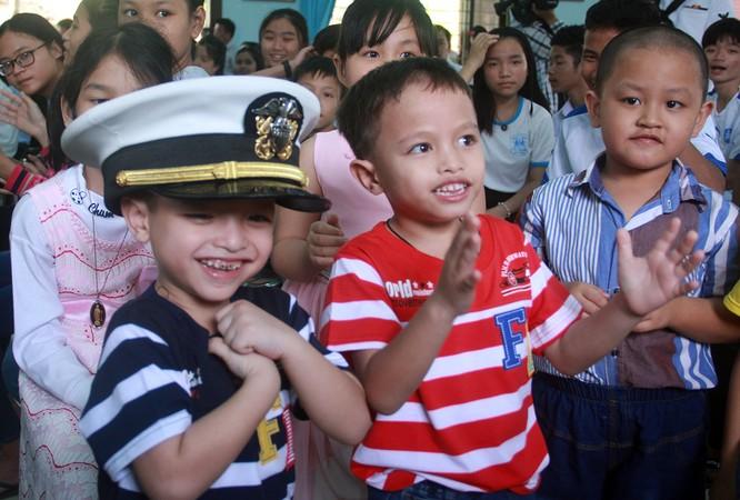 Thủy thủ tàu sân bay Mỹ múa hát cùng trẻ em Làng trẻ SOS ảnh 7