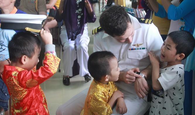 Thủy thủ tàu sân bay Mỹ múa hát cùng trẻ em Làng trẻ SOS ảnh 9