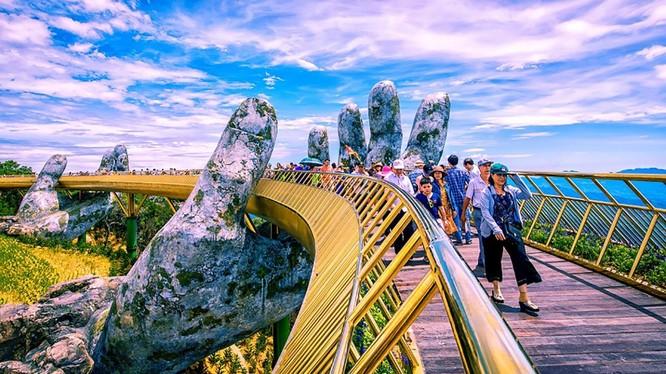 Cầu vàng Sun World Ba Na Hills, một công trình mang dấu ấn du lịch cho Đà Nẵng trong năm 2018
