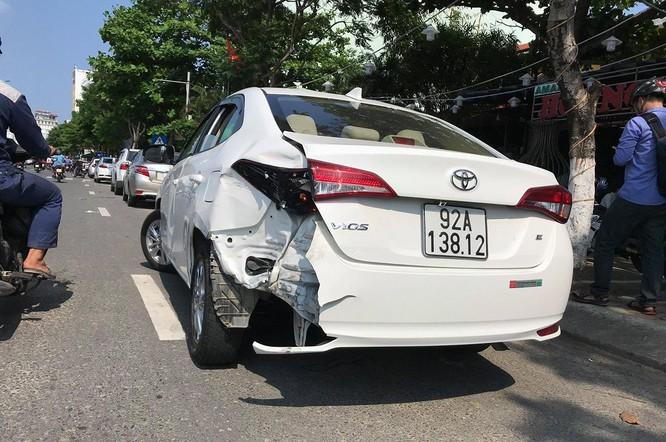 Xe ô tô con mang BKS 92A-138.12 sau vụ tai nạn tại hiện trường
