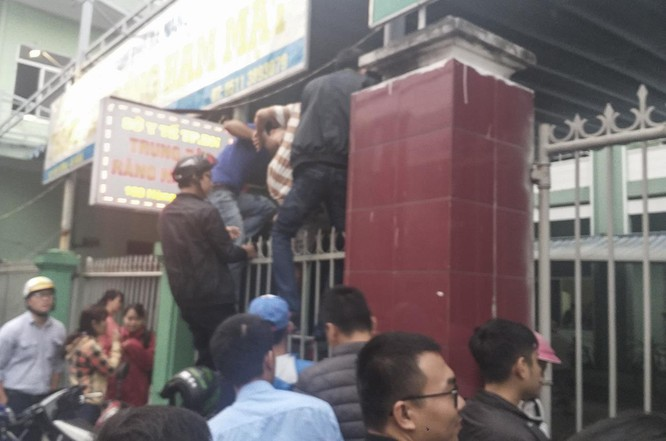 Nhiều người không đủ kiên nhẫn đã leo hàng rào để vào bên trong