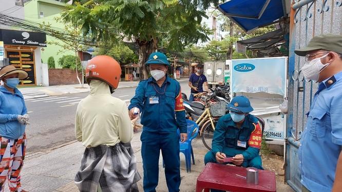 Ảnh: Ngày đầu tiên người dân Đà Nẵng đi chợ bằng phiếu để phòng COVID-19 ảnh 14