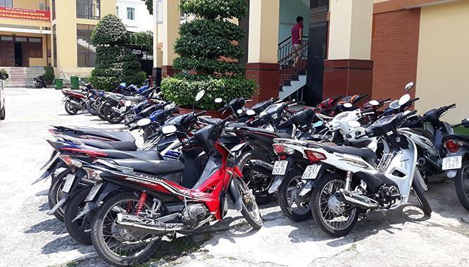Bắt 4 đối tượng cuỗm 9 xe máy ở Sài Gòn ảnh 1
