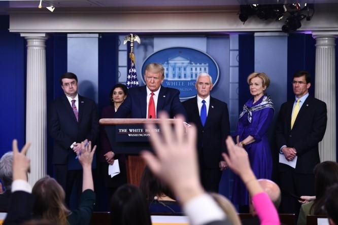 Các cuộc họp báo hàng ngày của ông Trump và Đội đặc nhiệm chống Covid-19 trở thành cuộc đấu khẩu với truyền thông cánh tả