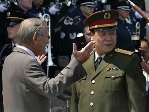 Tướng Quách Bá Hùng (phải) trong một chuyến thăm Mỹ và gặp Cựu Bộ trưởng Quốc phòng Mỹ Donald Rumsfeld năm 2006 - Ảnh: Reuters