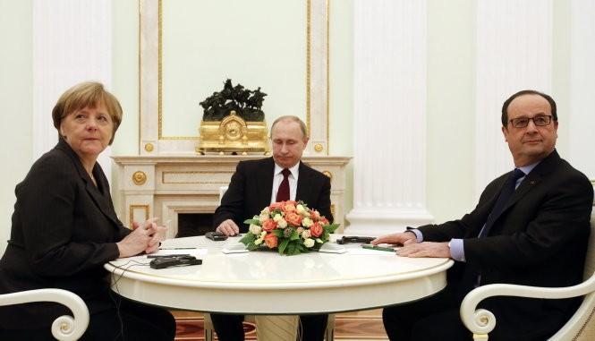 Thủ tướng Đức Angela Merkel, Tổng thống Nga Vladimir Putin và Tổng thống Pháp Francois Hollande trong cuộc họp ở Matxcơva - Ảnh: Reuters