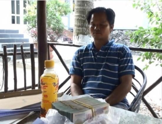 Võ Văn Minh cùng tang vật tại hiện trường.