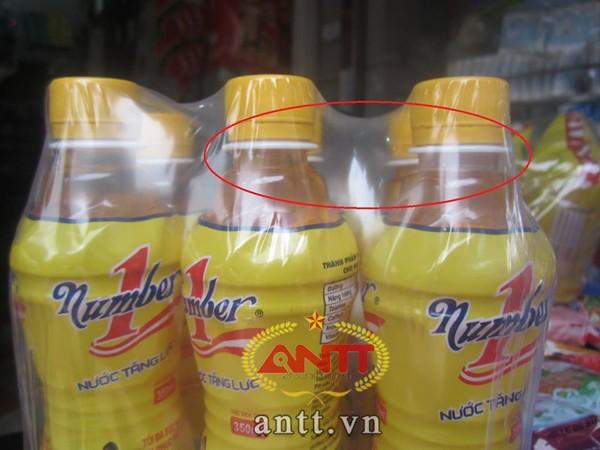 Rõ ràng chai có đánh dấu có mực nước ít hơn hẳn cái chai còn lại. Tại đại lý Phương Linh thì lốc Number One nào cũng có 1 chai có mực nước ít hơn.