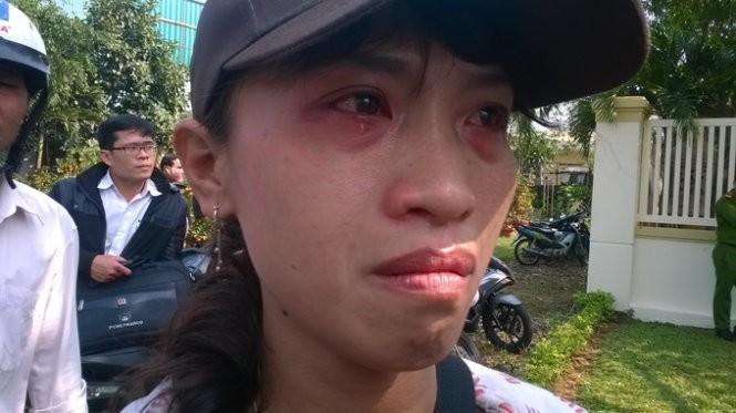 Chị Nguyễn Thị Hồng Phú, một người dân thường Đà Nẵng ngừng bán vé số đến trước cổng nhà ông Thanh để tiễn biệt ông lần cuối