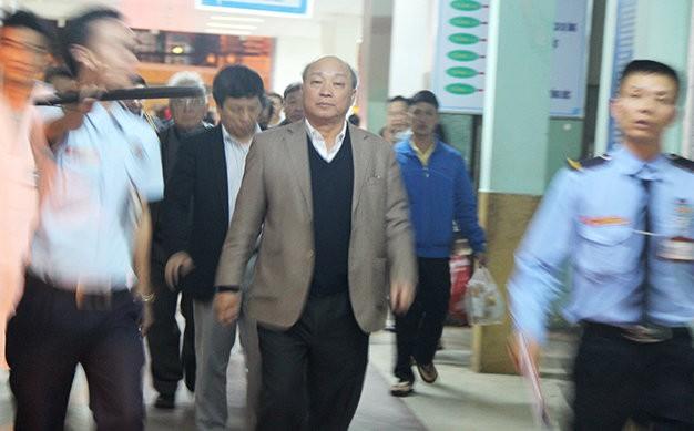 Ông Nguyễn Quốc Triệu, trưởng Ban bảo vệ chăm sóc sức khỏe cán bộ trung ương cùng đoàn các chuyên gia y tế tại Bệnh viện Đà Nẵng sau khi thăm khám ông Nguyễn Bá Thanh