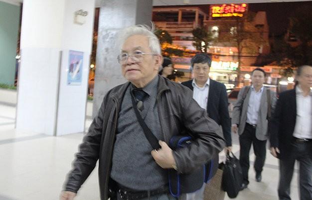 Ông Phạm Gia Khải, phó trưởng Ban bảo vệ chăm sóc sức khỏe cán bộ trung ương đến thăm khám bệnh tình ông Nguyễn Bá Thanh đêm 12-2