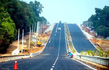 Một đoạn tuyến cao tốc TPHCM-Long Thành-Dầu Giây, tuyến cao tốc hiện đại nhất Việt Nam vừa đưa vào hoạt động ngày 8/2/2015. Ảnh: VEC