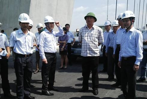 Bộ trưởng Thăng kiểm tra công trình cầu Nhật Tân.