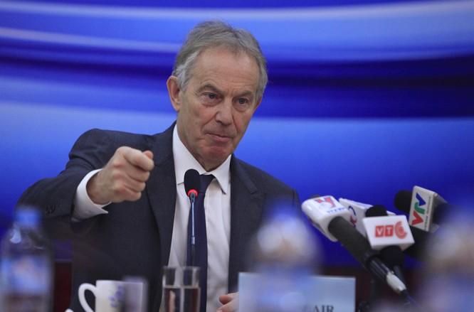 Ông Blair phát biểu và chụp ảnh với các đại biểu dự hội thảo