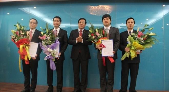Bộ trưởng Bộ TT&TT Nguyễn Bắc Son trao quyết định bổ nhiệm cán bộ cho các cán bộ.