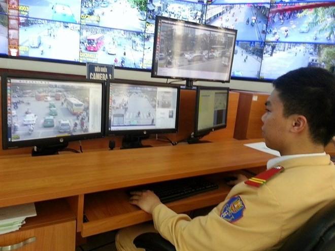 ác cán bộ tại trung tâm điều khiển giao thông quan sát để ghi lại những trường hợp vi phạm.