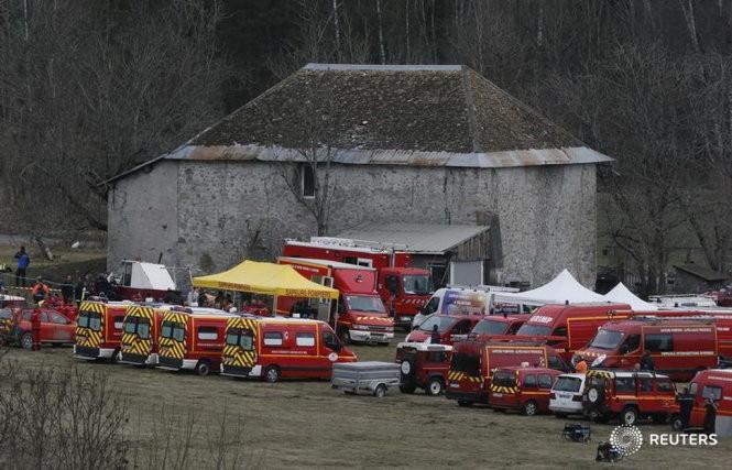 Xe cứu hỏa trong lực lượng cứu hộ đang tập trung gần khu vực xảy ra tai nạn, chuẩn bị tiếp cận hiện trường - Ảnh: Reuters