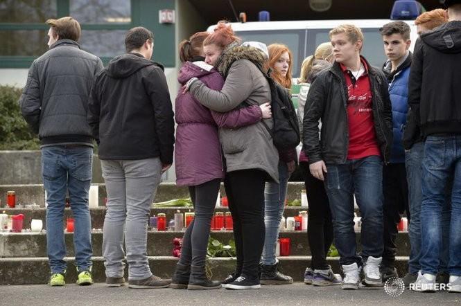 Các sinh viên thắp nến bên ngoài trường Josef-Koenig-Gymnasium ở Haltern am See - Ảnh: Reuters