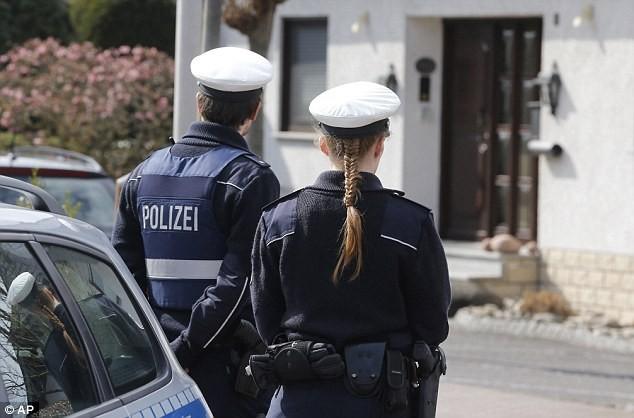Cảnh sát đứng gác bên ngoài nhà riêng của Andreas Lubitz (Đức), cơ phó chuyến bay 4U9525 rơi ở Pháp - Ảnh: Reuters