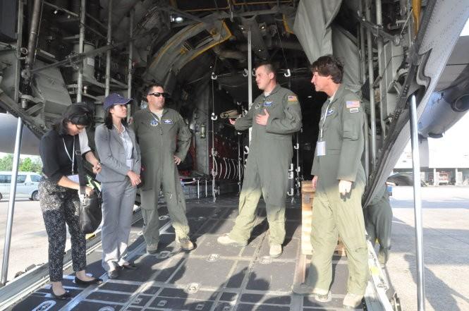 Các thành viên trong đội bay C-130 Hercules giới thiệu sơ quan về máy bay vận tải số 1 của không lực Hoa Kỳ