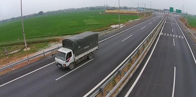 Tuyến đường có tổng vốn đầu tư gần 1,5 tỷ USD, dài 245km đi qua năm tỉnh thành là Hà Nội, Vĩnh Phúc, Phú Thọ, Yên Bái và Lào Cai. Với chiều dài kỷ lục, tuyến cao tốc Nội Bài – Lào Cai có 120 cây cầu lớn nhỏ, một hầm chui, đào đắp hơn 100 triệu m3 đất đá và hoàn thành sau 5 năm triển khai.