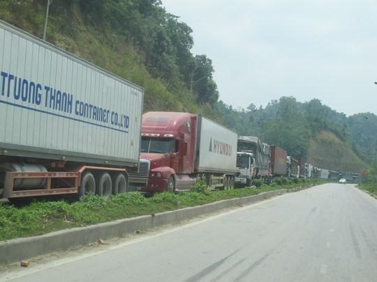 Hàng trăm xe container và xe tải chở hàng nông sản bị ùn tắc kéo dài suốt 4 km từ cửa khẩu Tân Thanh đến ngã ba Pắc Luống ở quốc lộ 4A.