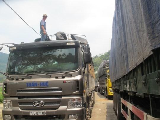 Hàng trăm xe dưa hấu, thanh long ùn tắc ở cửa khẩu Tân Thanh ảnh 4