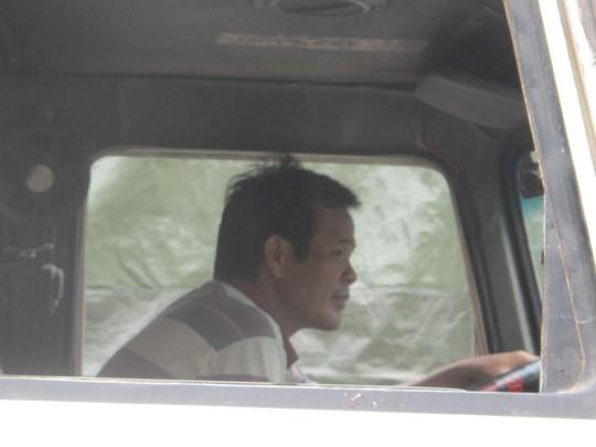 Một lái xe chở dưa hấu từ huyện An Nhơn, Bình Định đang rất lo lắng khi đã phải chờ đợi 5 ngày nhưng chưa xuất được hàng qua Trung Quốc trong khi nhiều trái dưa đã ủng và chảy nước.