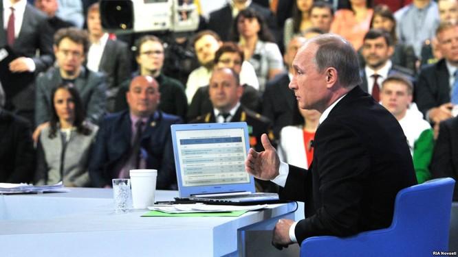 Ông Putin tại cuộc giao lưu trực tuyến marathon ngày 16/4 ảnh: RT