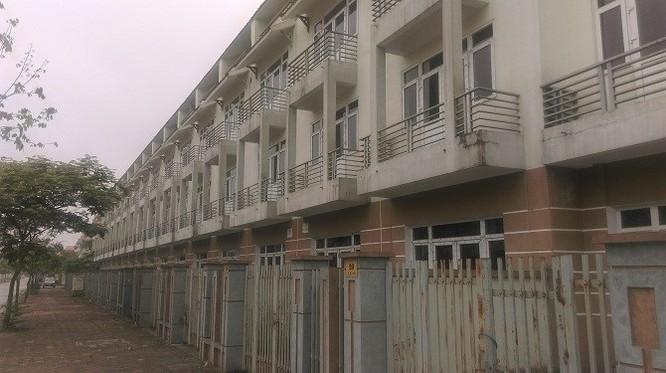 Hàng trăm ngôi nhà đã hoàn thiện nhưng không một bóng người ở
