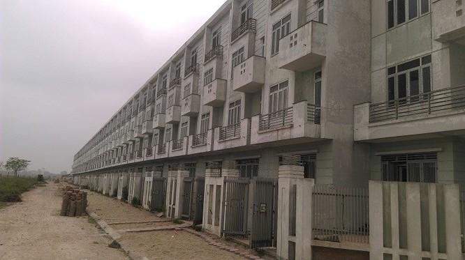 Hàng trăm nhà liền kề mặc dù đã hoàn thiện nhưng vẫn bỏ hoang, âm u không có người ở.