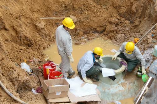 Chất lượng ống không đồng đều, thiếu chất kết dính và kém chịu lực là những nguyên nhân khiến ống vỡ liên tiếp.